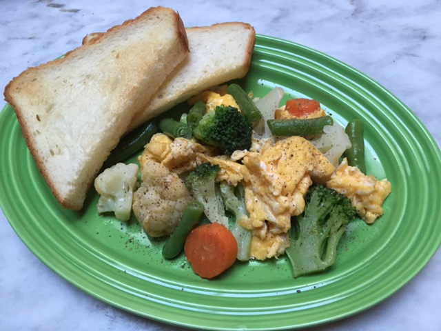 朝ごはん 洋風野菜ミックスの卵炒め