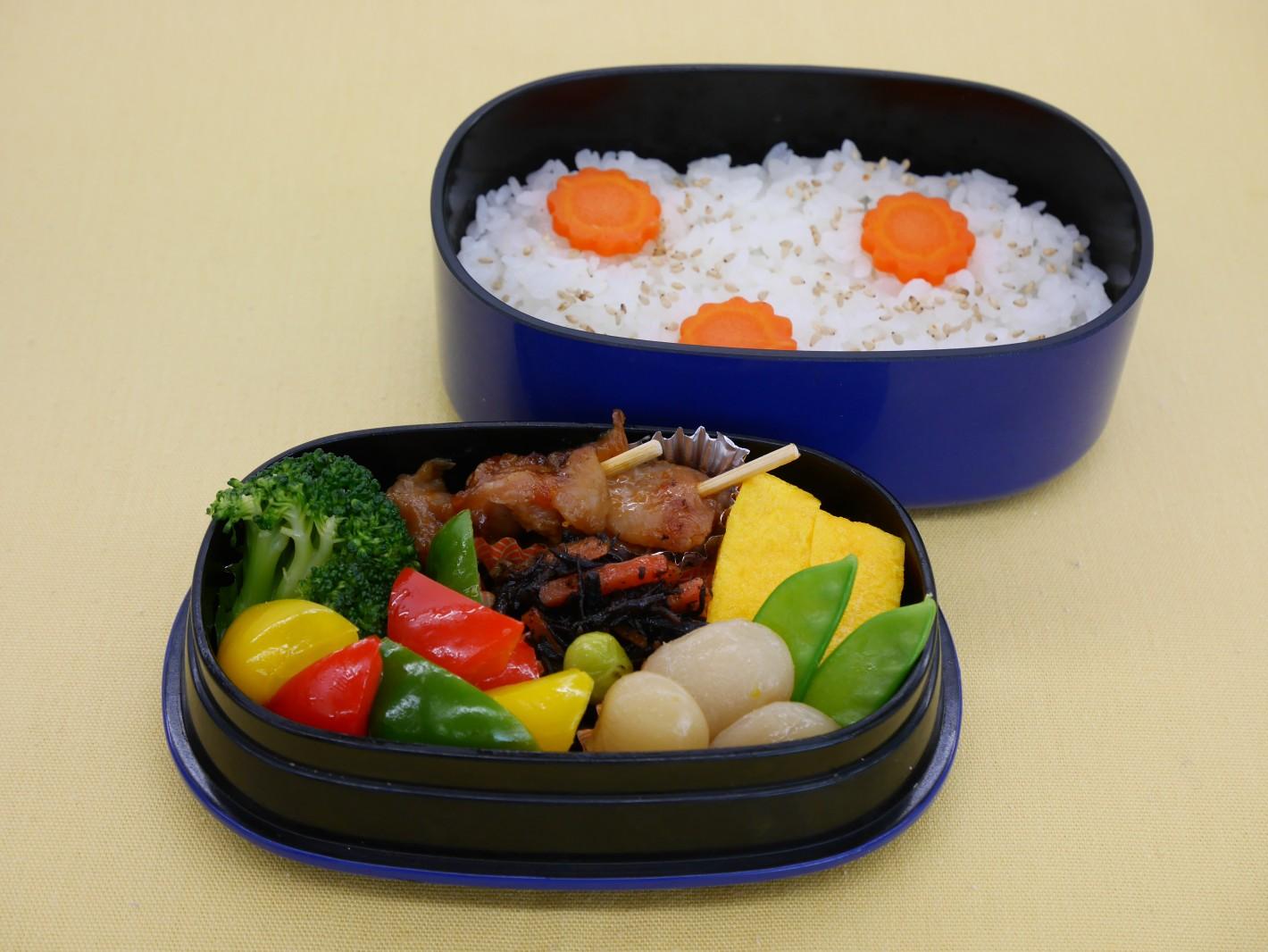 お弁当は彩り良く、冷凍食品で品数も多くなります