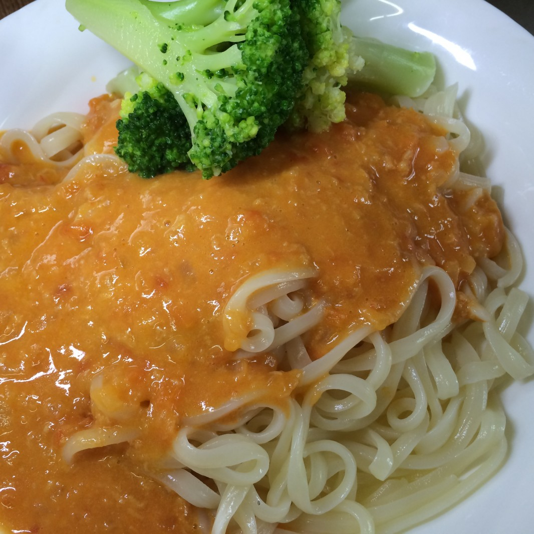 超簡単で美味しい、レンジで冷凍うどん&パスタソース、野菜も添えて