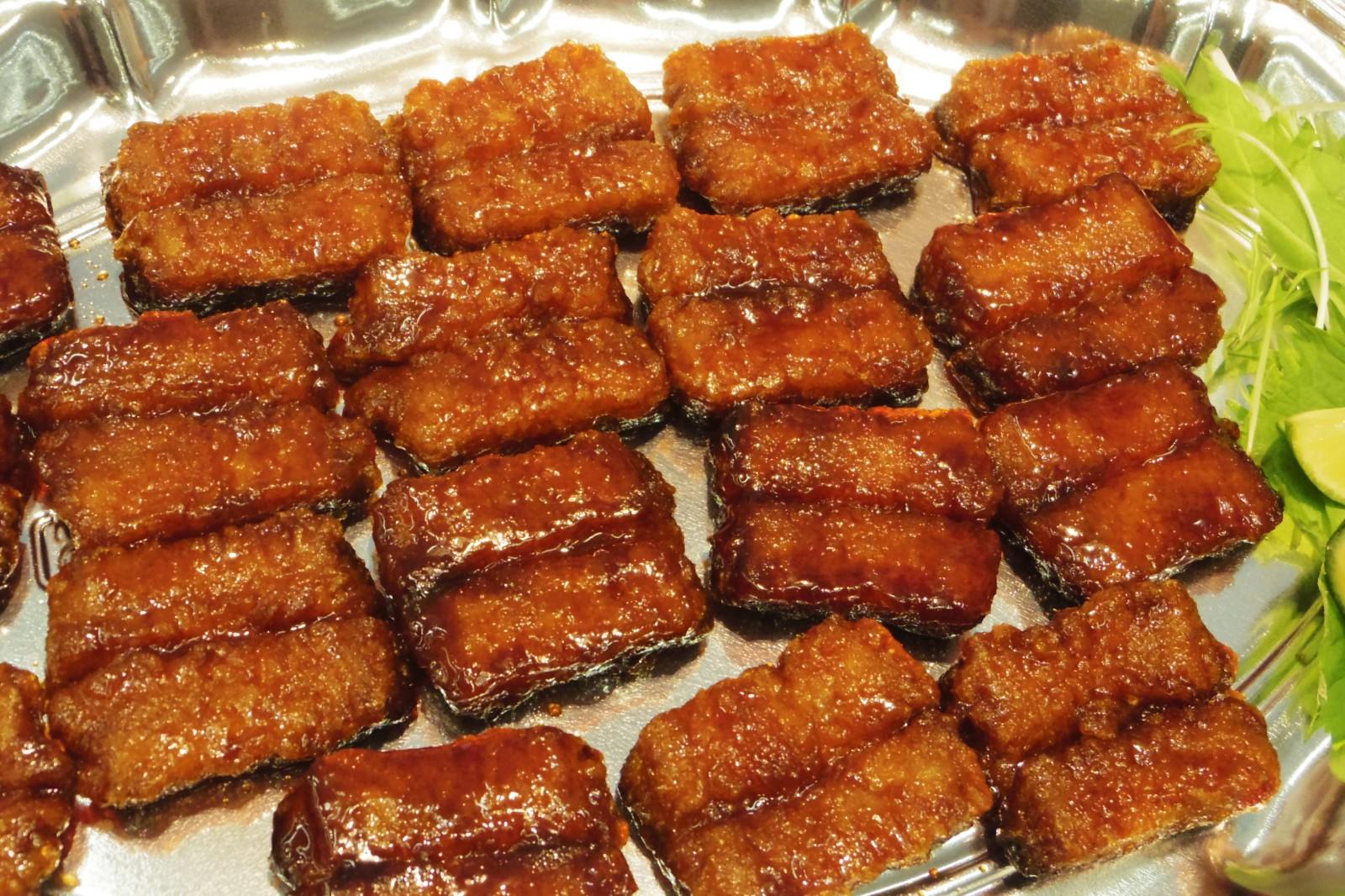 バカウケの蒲焼風、本物のニセモノ??でも美味しい「うなぎみたいな白身魚天ぷら蒲焼だれ」(マルハニチロ)