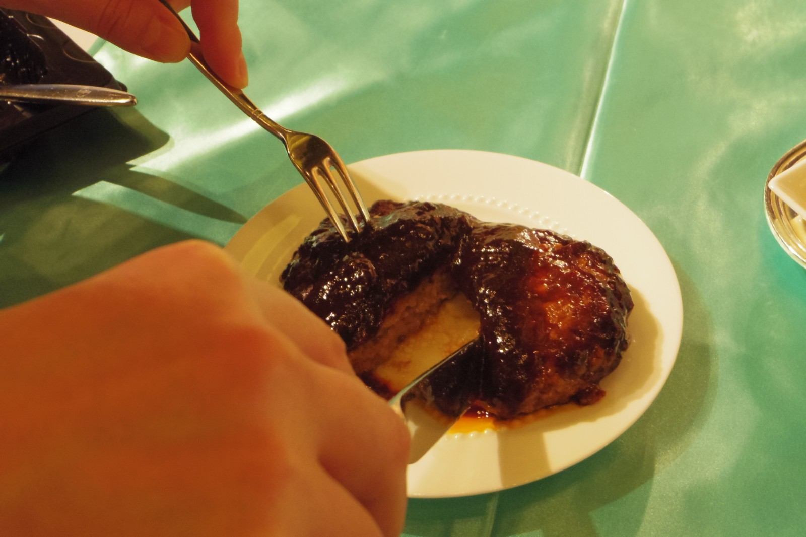 レンジ調理で夕食の食卓に本格ハンバーグ。外袋ごと調理・日本水産、焼きにこだわったソース別添のニッポンハム
