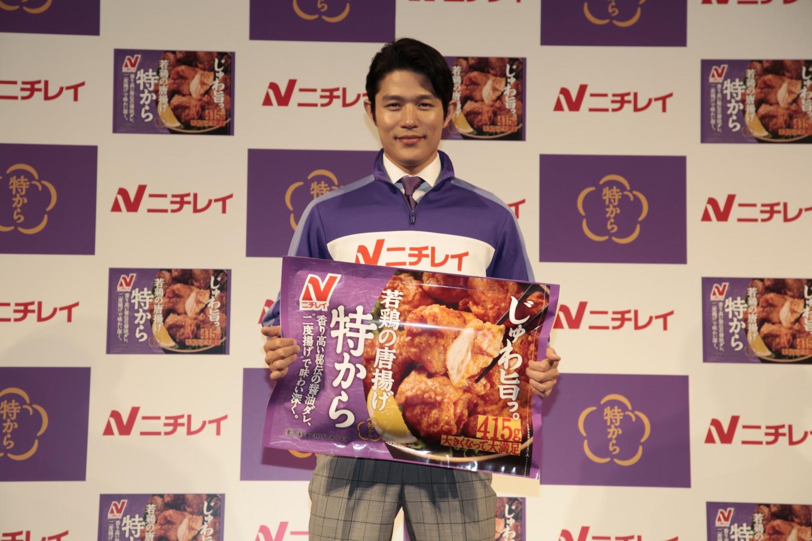 ジャージ姿の熱血『特から先生』、鈴木亮平さんが「特から」(ニチレイ)を食べる