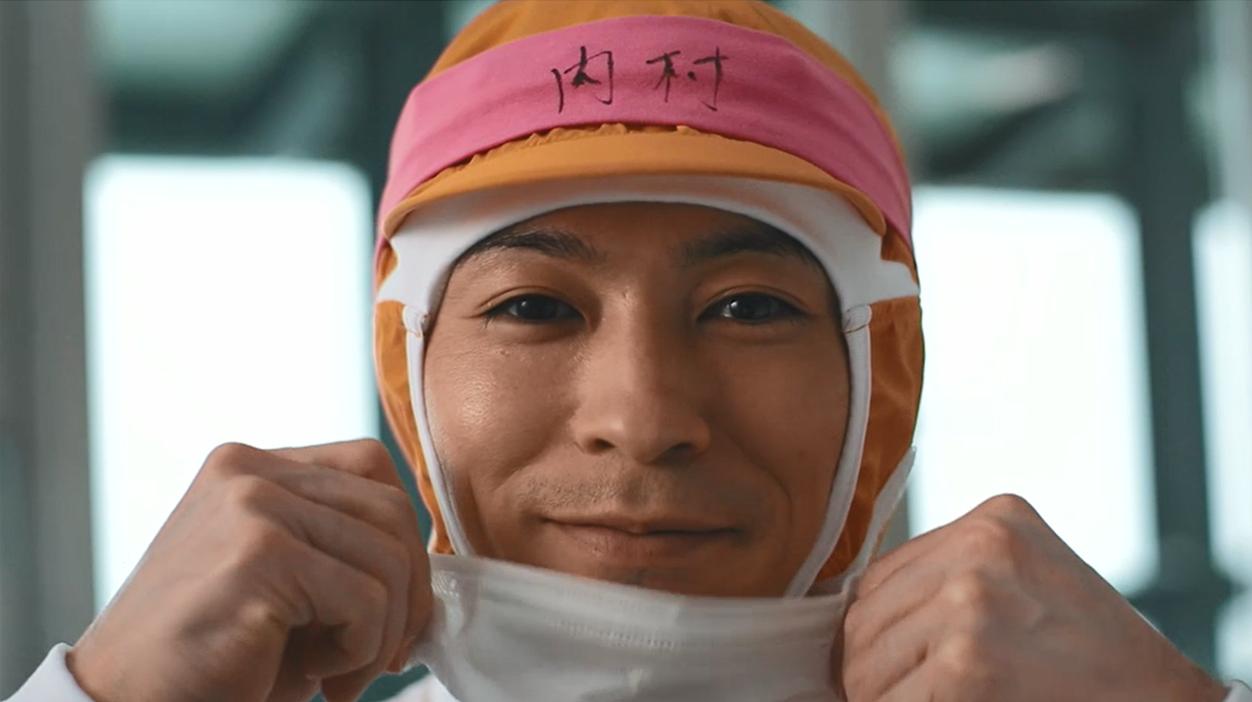 工場見学前マスクの笑顔、麺棒で生地をのばす内村航平選手の手!必見!