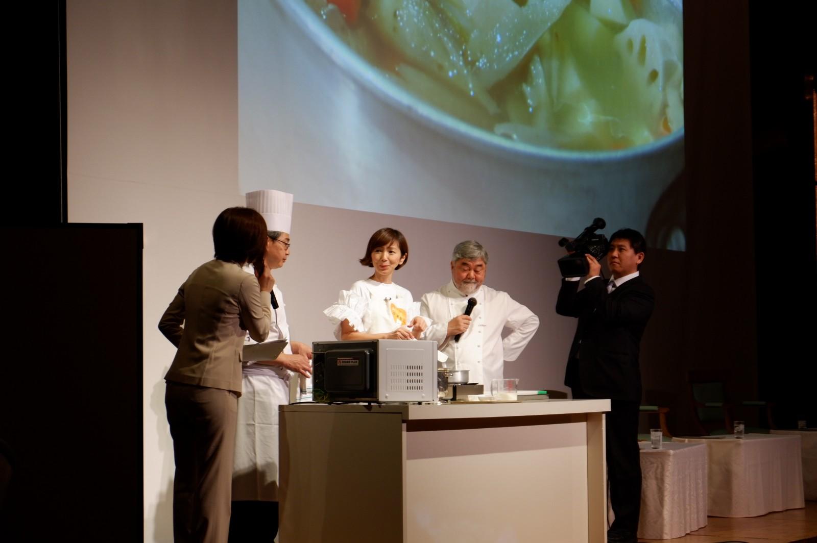 10月18日「冷凍食品の日」イベントで渡辺満里奈さんがアレンジメニューを調理