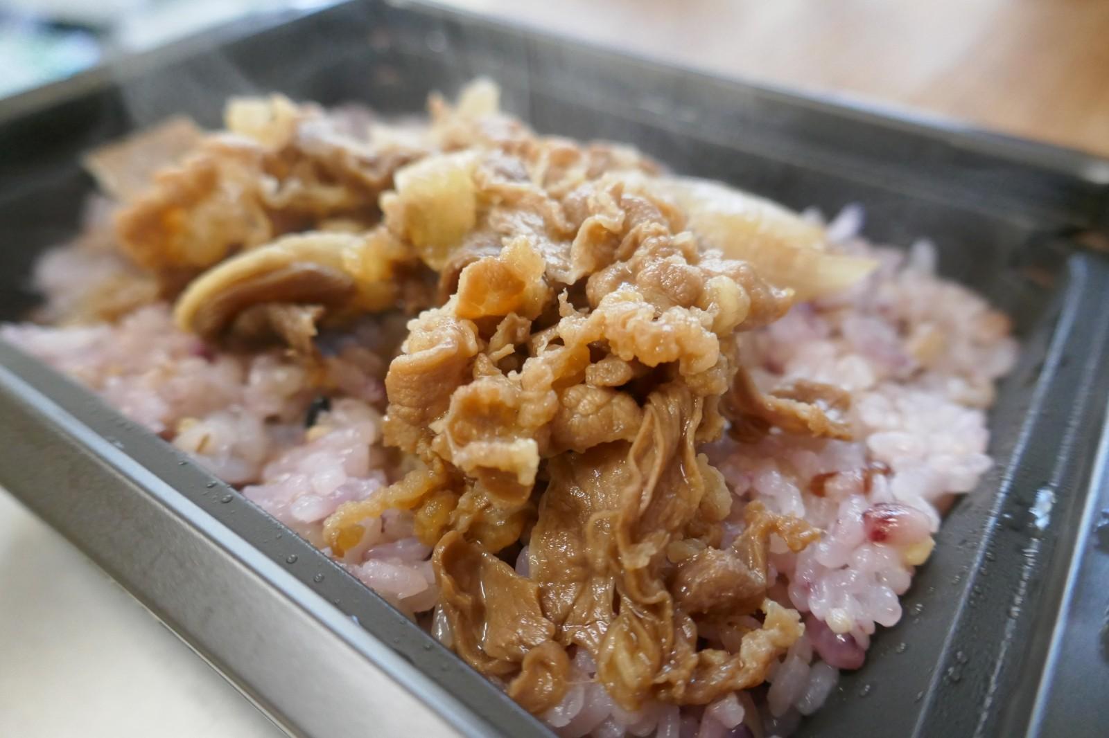 チャレンジ商品「すき家 十穀米牛丼」(トロナジャパン)