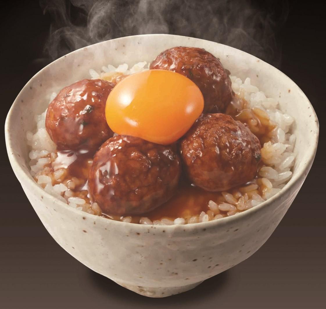 ぜひ卵を乗せて食べてほしい、ケイエス冷凍食品の「炭火焼風 つくね丼の具」